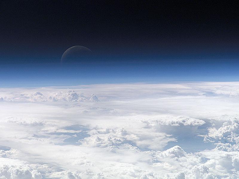 Un croissant bleu dans l'espace
