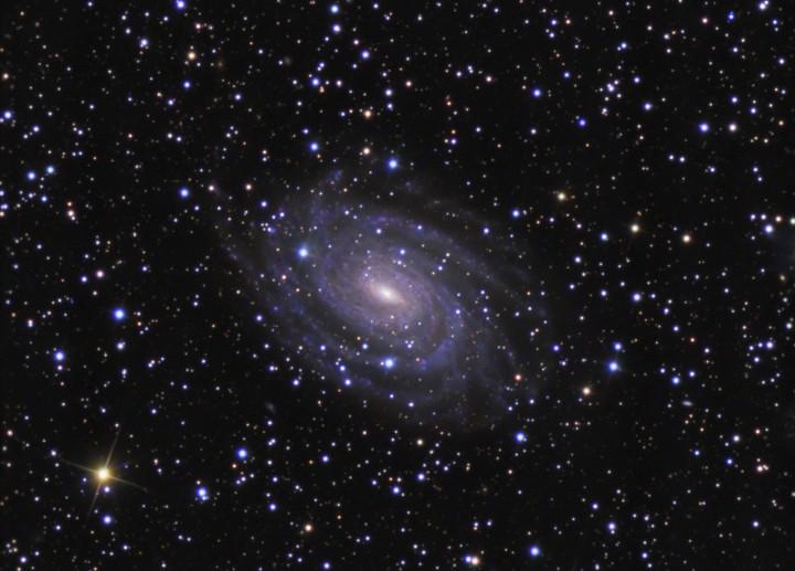 NGC 6384, au-delà des étoiles