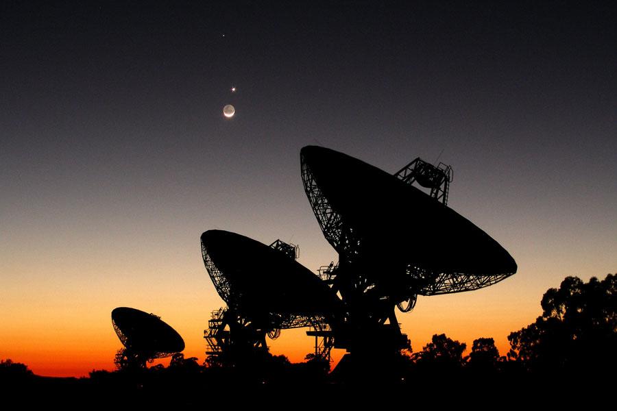 Planètes alignées au-dessus d'un radiotélescope australien