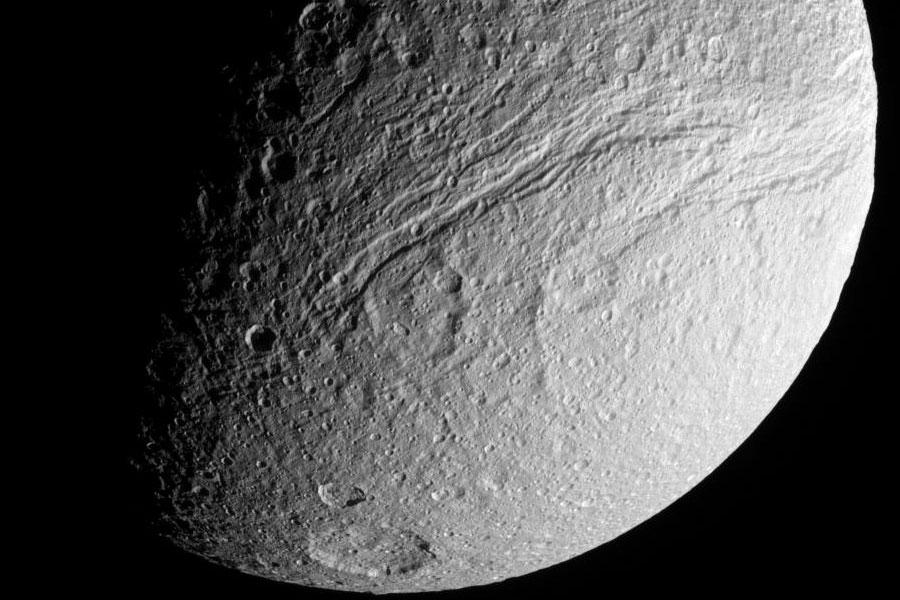 Ithaca Chasma, le grand rift de Thétys