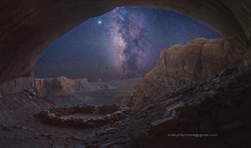 Une image vraie vue du fond d\'une caverne mythique