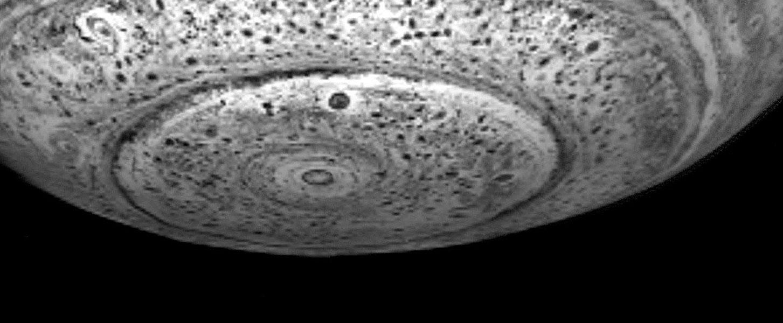 Sous le pôle Sud de Saturne