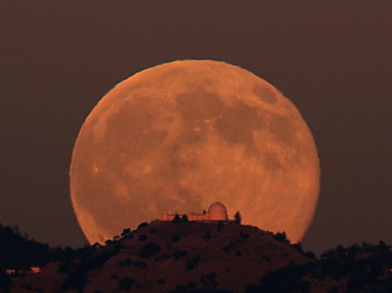 Lever de Lune sur l'Observatoire Lick