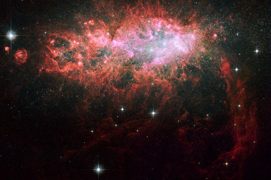 NGC 1569, flambée d\'étoiles au coin d\'une galaxie irrégulière