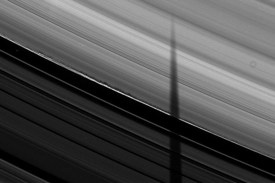 Ombres dentelées sur les anneaux de Saturne