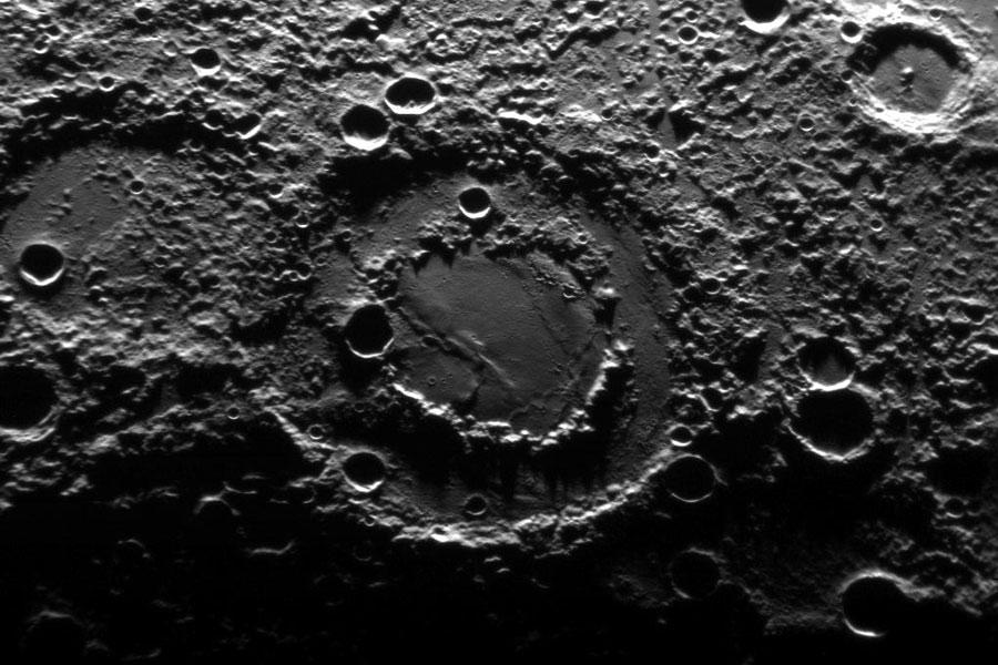 Bassin d'impact à double rempart sur Mercure