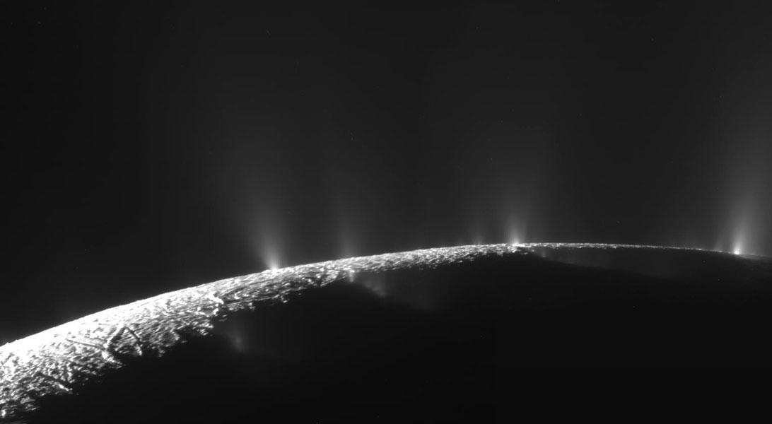 Cassini photographie les fontaines de glace d\'Encelade