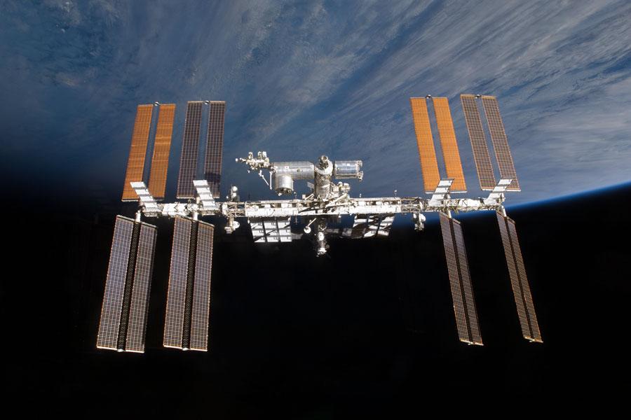 La Station spatiale internationale au-dessus de l'horizon
