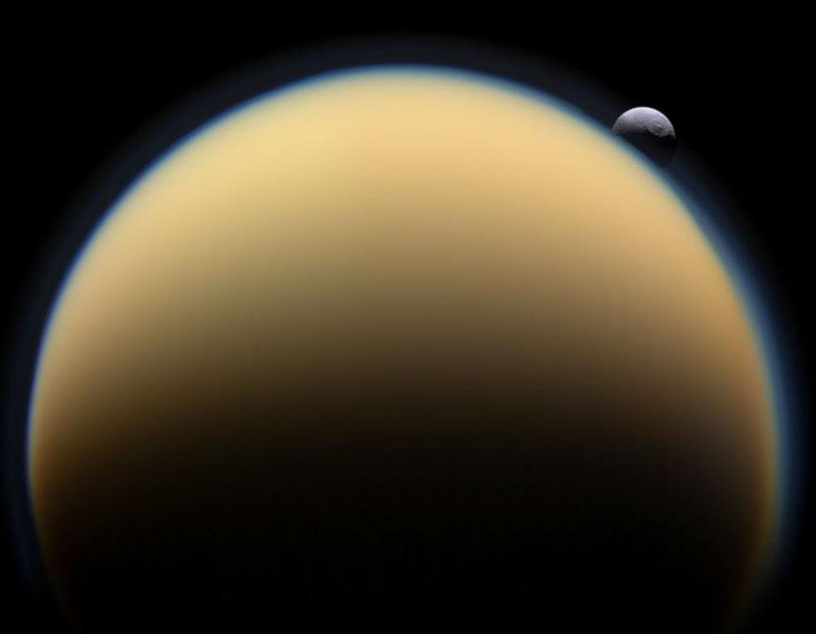 Téthys glisse derrière Titan