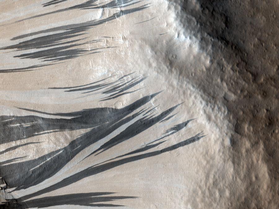 Traînées de pente dans Acheron Fossae sur Mars