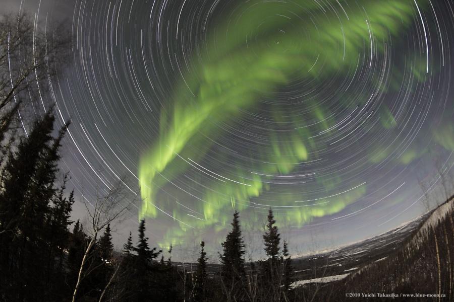 Filé d'étoiles et aurores boréales dans le Yukon