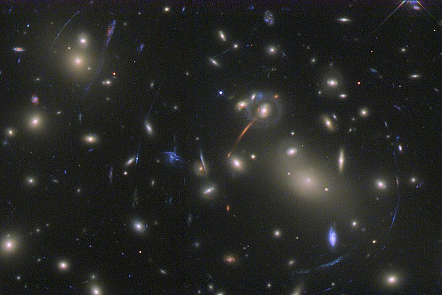 Abell 2218, une lentille dans un plat de galaxies