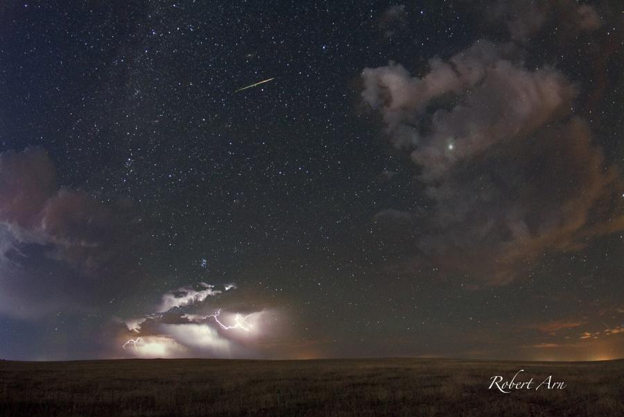 Perséide à l\'orage - De lointains éclairs d\'orage, Jupiter, les Pléiades, la galaxie d\'Andromède... le ciel du Colorado était très riche, cette nuit-là