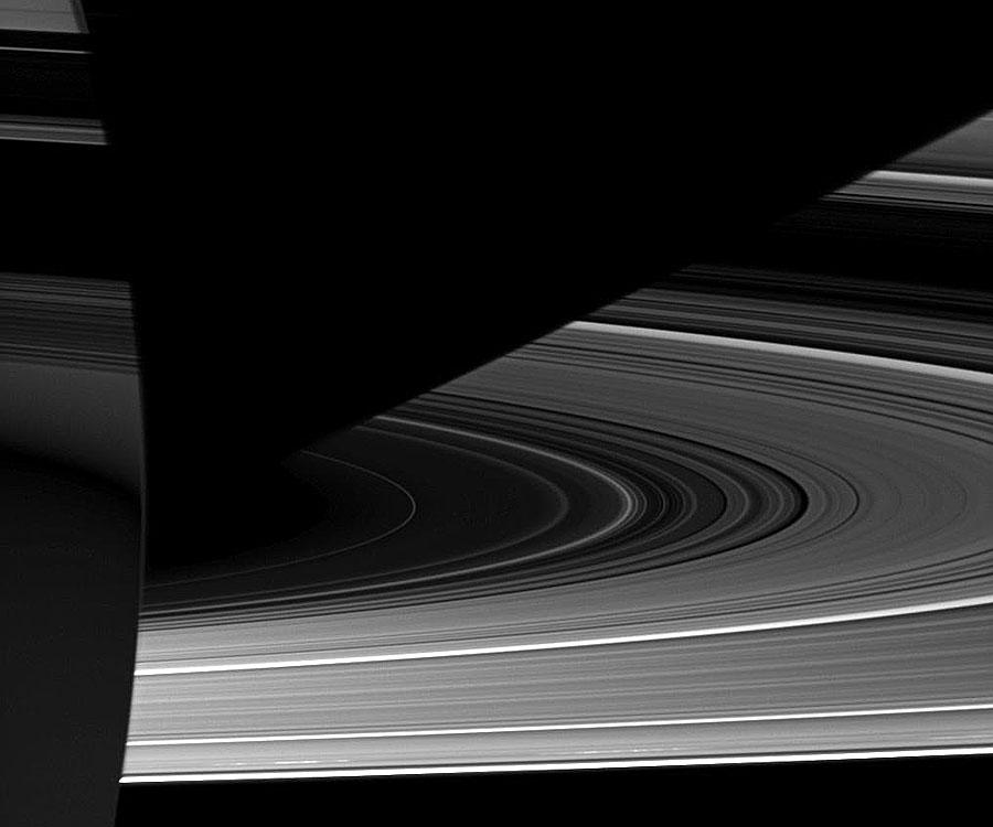 Etrange clair-obscur sur Saturne
