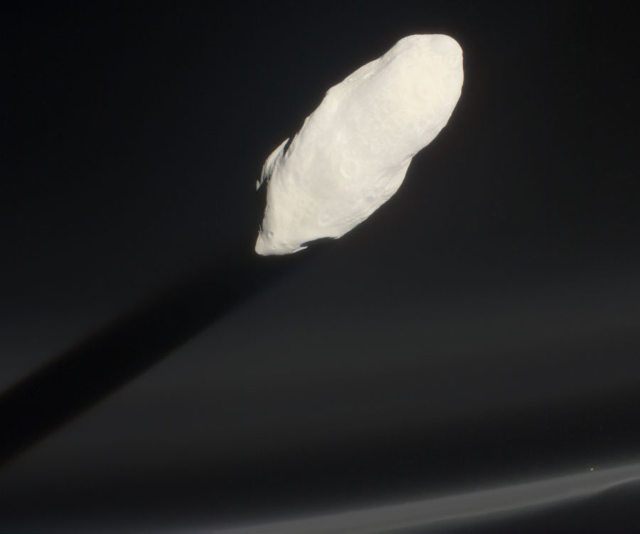 Prométhée taillant sa route au travers de l'anneau F de Saturne