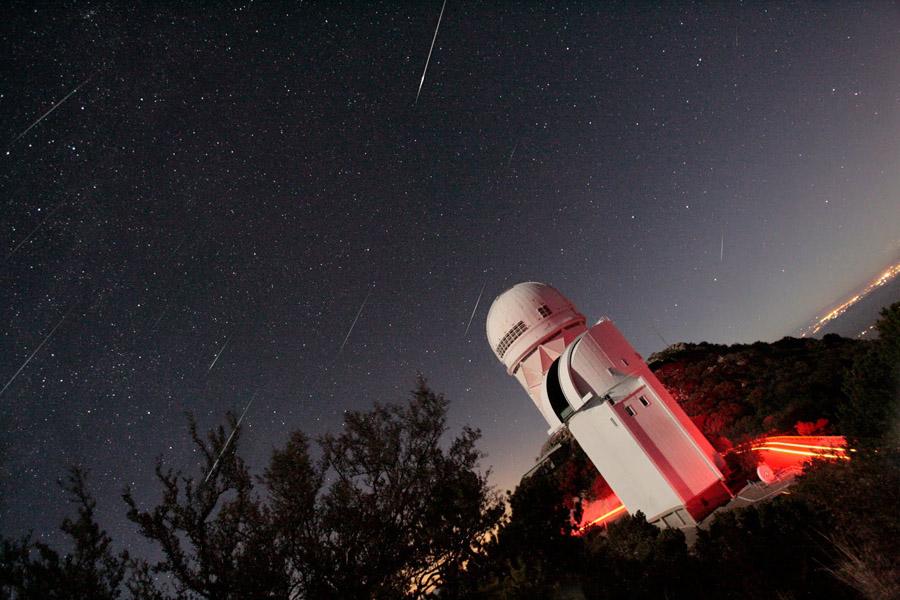 Etoiles filantes des Géminides au-dessus de l'observatoire de Kitt Peak
