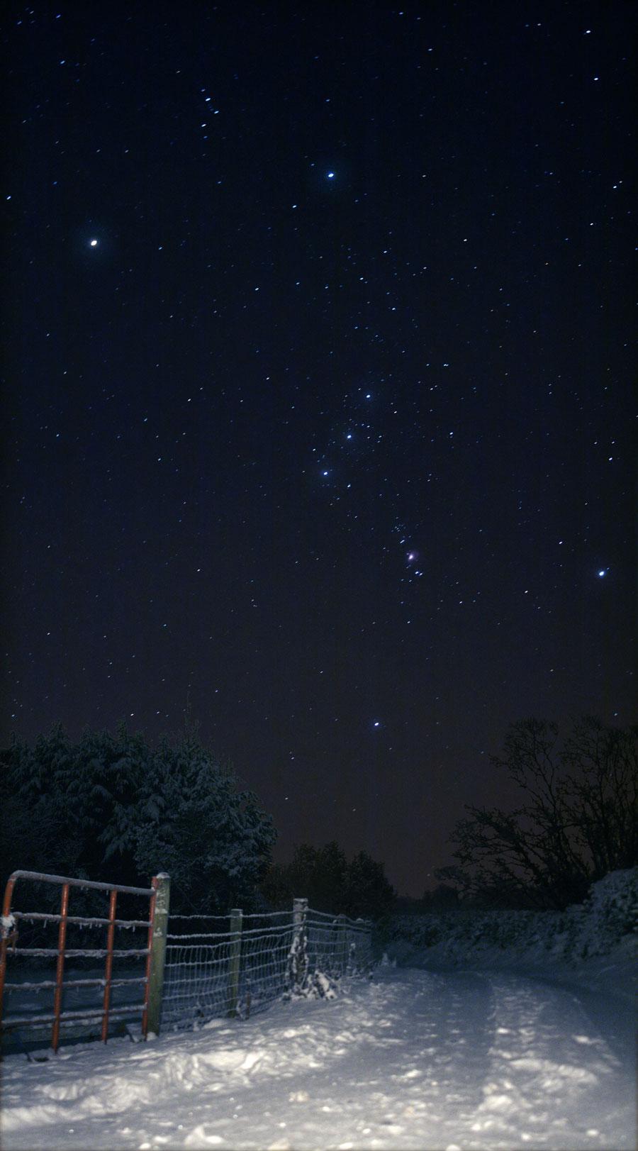 Orion penché sur l\'Irlande enneigée
