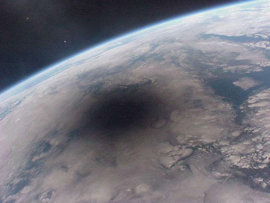 Regard vers la Terre lors d\'une éclipse de Soleil