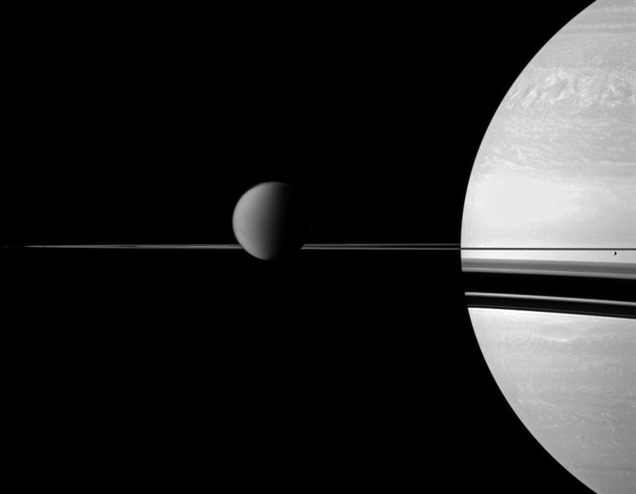 Titan, Saturne, et ses anneaux vus par Cassini