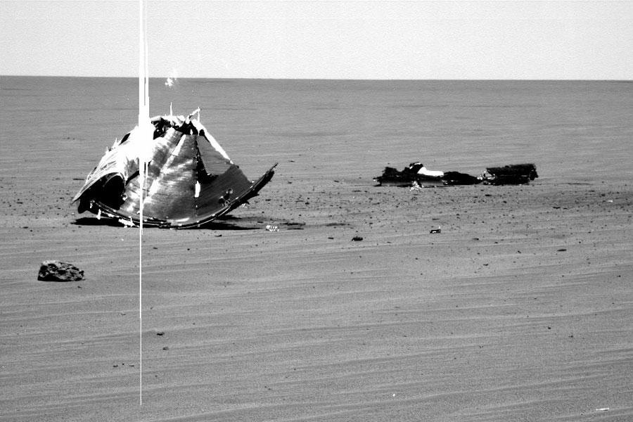 Débris métalliques dans les plaines de Mars