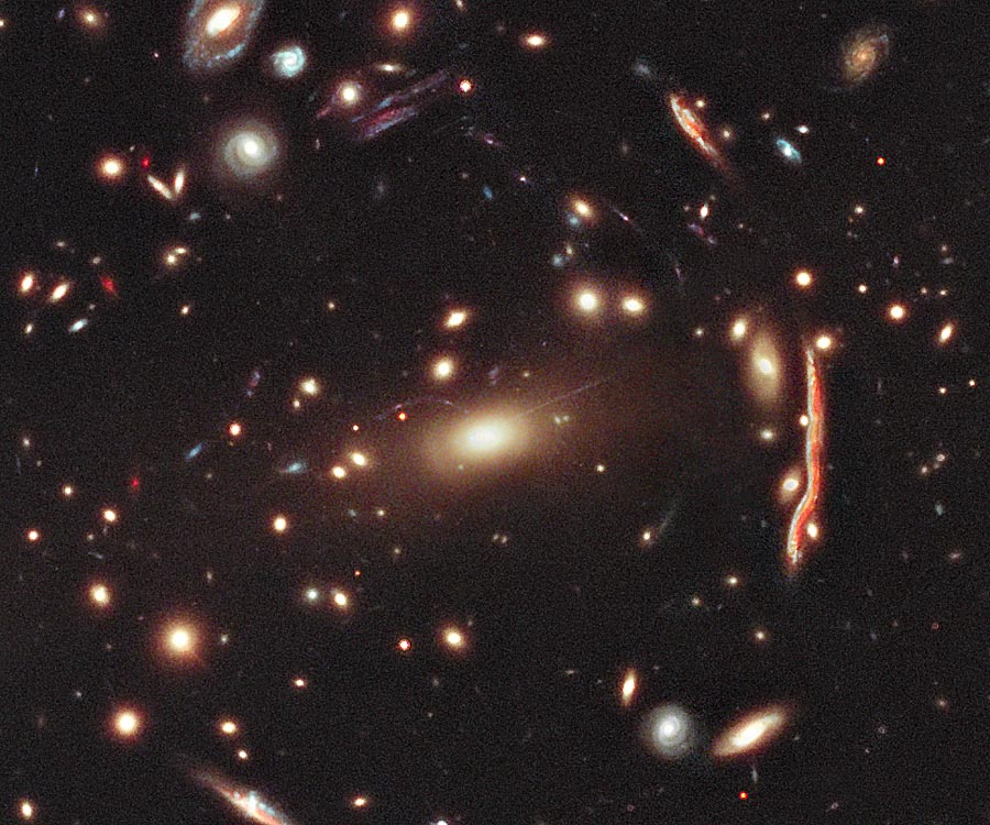 MACS 1206, un amas de galaxies formant lentille gravitationnelle