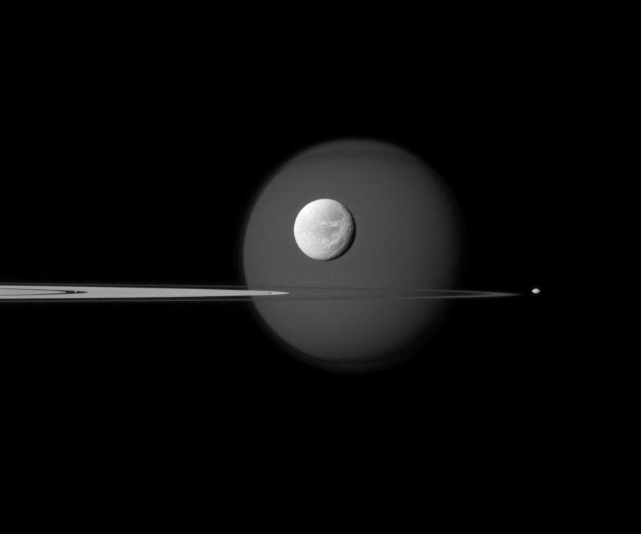 Dans, au travers, et au-delà des anneaux de Saturne