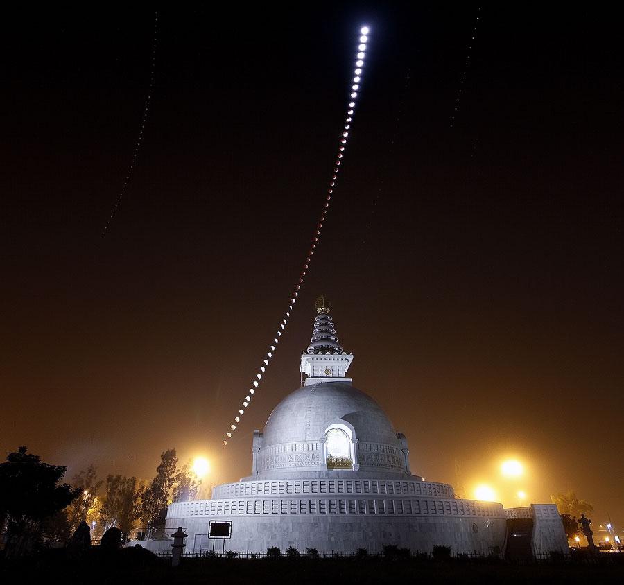 Eclipse de Lune sur une pagode de la Paix