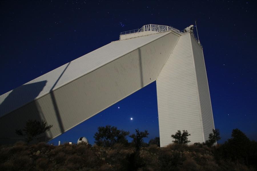 Brillantes planètes sous l\'arche de la tour solaire Mac Math-Pierce