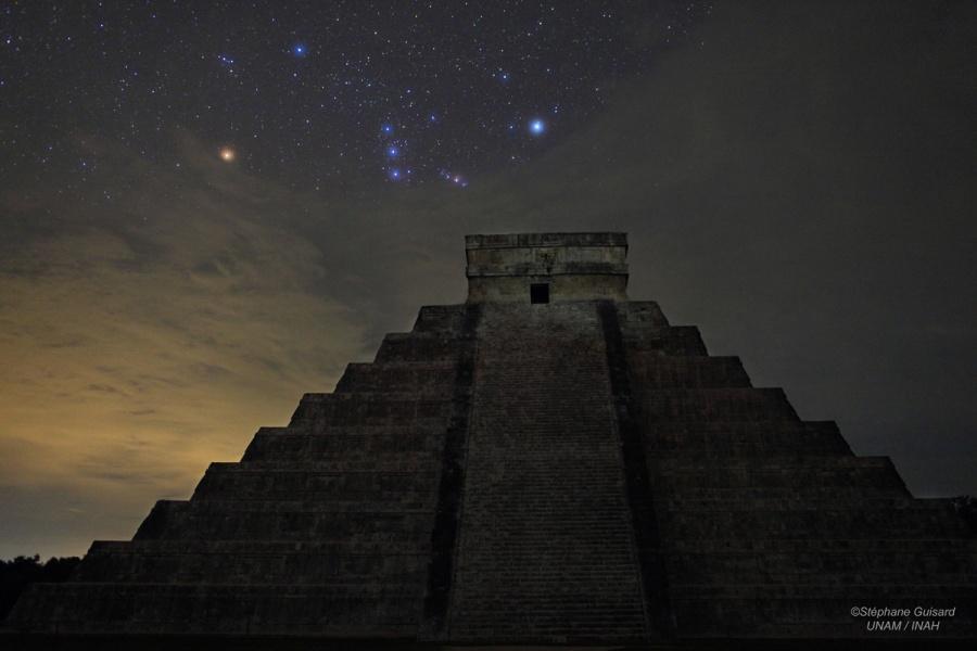 Le jour où la fin du monde n\'a pas eu lieu - La constellation d\'Orion, qui était une tortue pour les Mayas, est vue ici au-dessus d\'El Castillo, leur pyramide centrale de Chichen Itza dans le Yucatan
