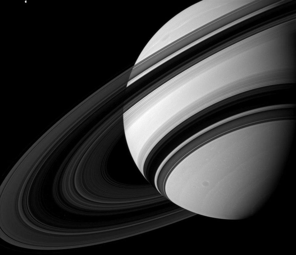 Le côté sombre des anneaux de Saturne
