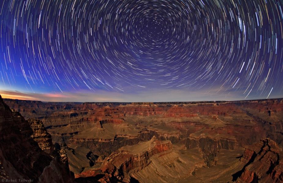 Filé d\'étoiles sur le Grand Canyon