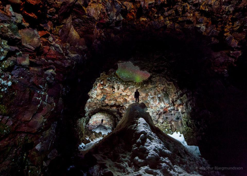 La grotte au ciel d\'aurore boréale
