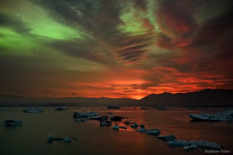 Pilier de lumière volcanique à l\'aurore