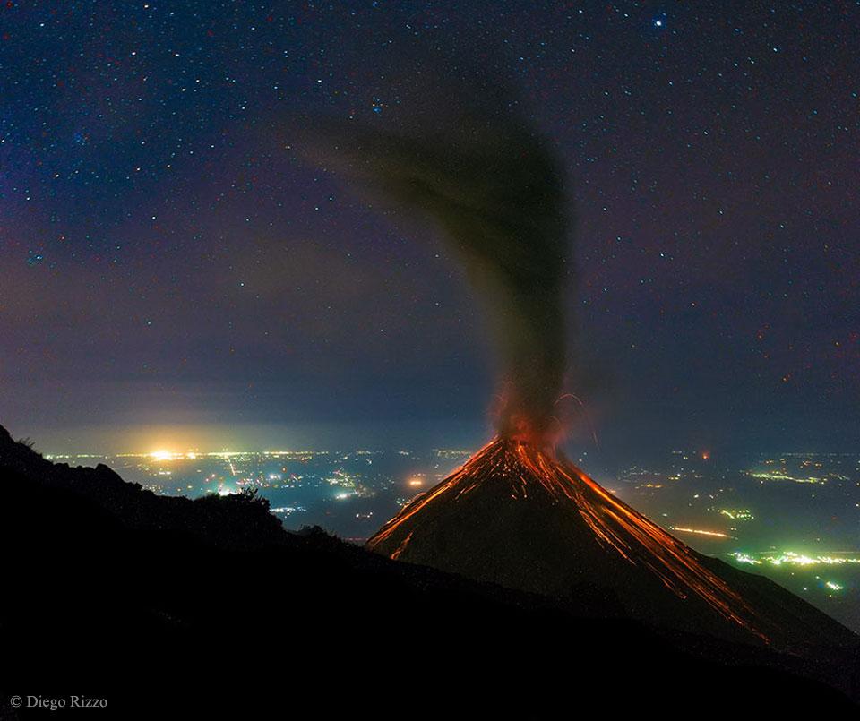 Eruption volcanique sous les étoiles