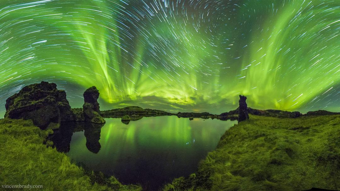 Aurores et filés d\'étoiles sur l\'Islande