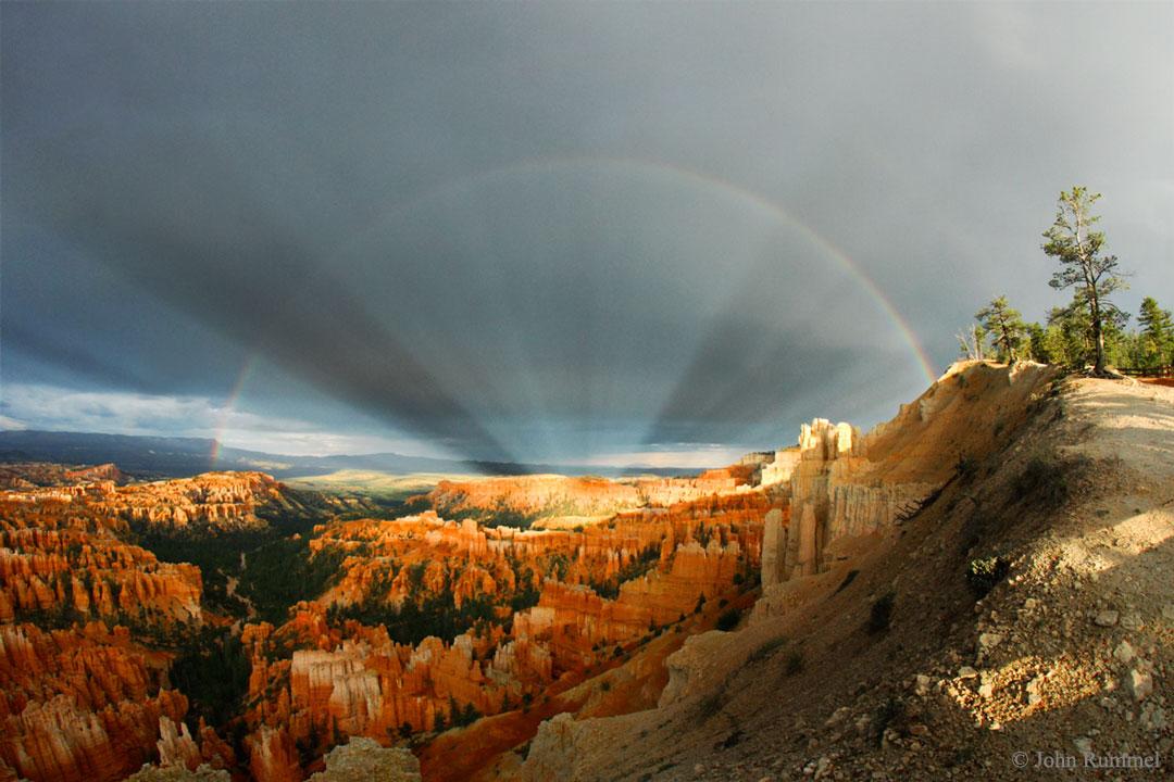 Arcs-en-ciel et rayons anticrépusculaires sur Bryce Canyon