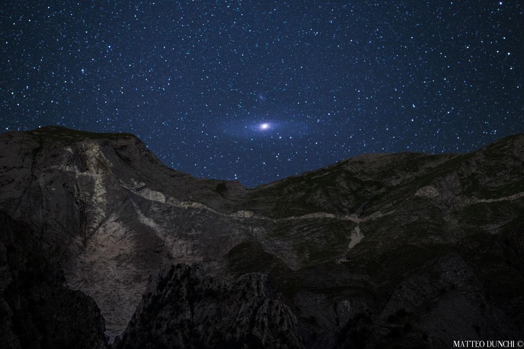 Andromède se lève sur les Alpes - M31, vue en longue pose, révèle ses détails spectaculaires entre les reliefs des Alpes italiennes