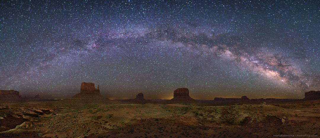 Monument Valley sous la Voie lactée