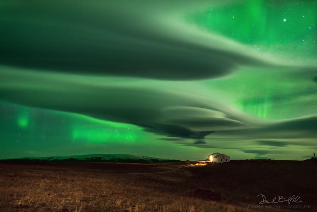 Aurores polaires au-dessus des nuages