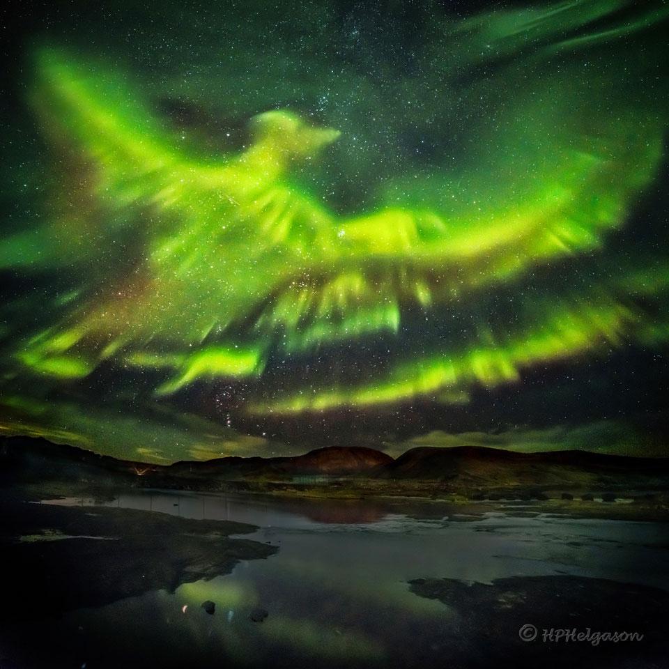 Un Phénix d\'aurores polaires sur l\'Islande