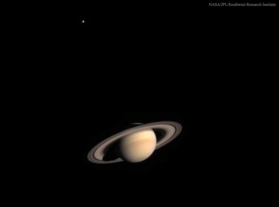 À l\'approche de Saturne