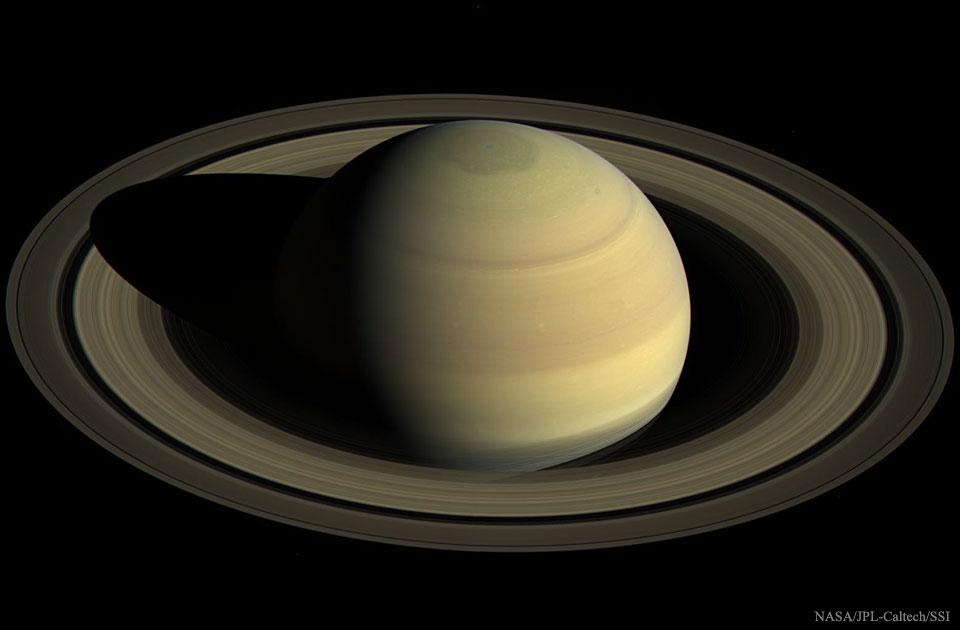 En surplomb de Saturne