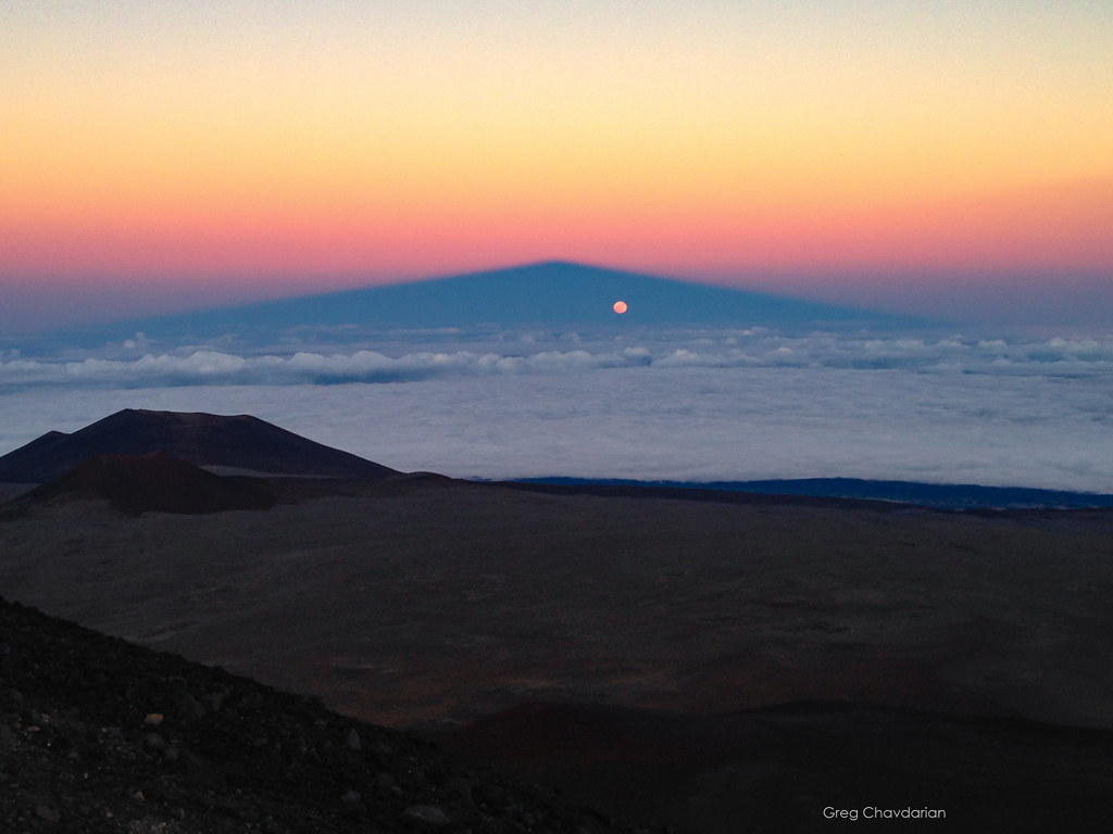 Pleine lune dans l\'ombre de la montagne