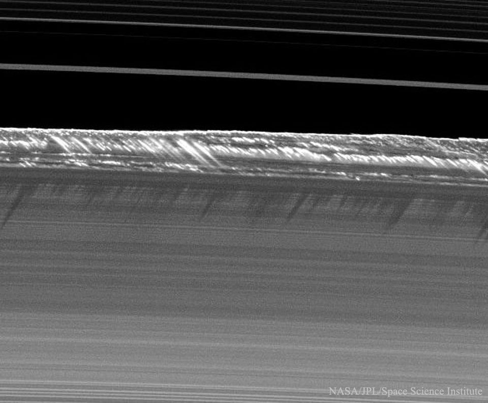 Ombres en pales d\'hélice sur les anneaux de Saturne