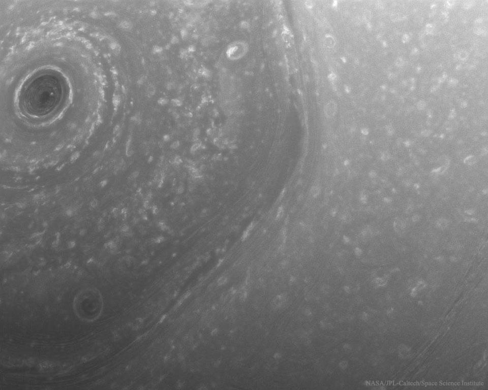 Au-dessus du pôle nord turbulent de Saturne