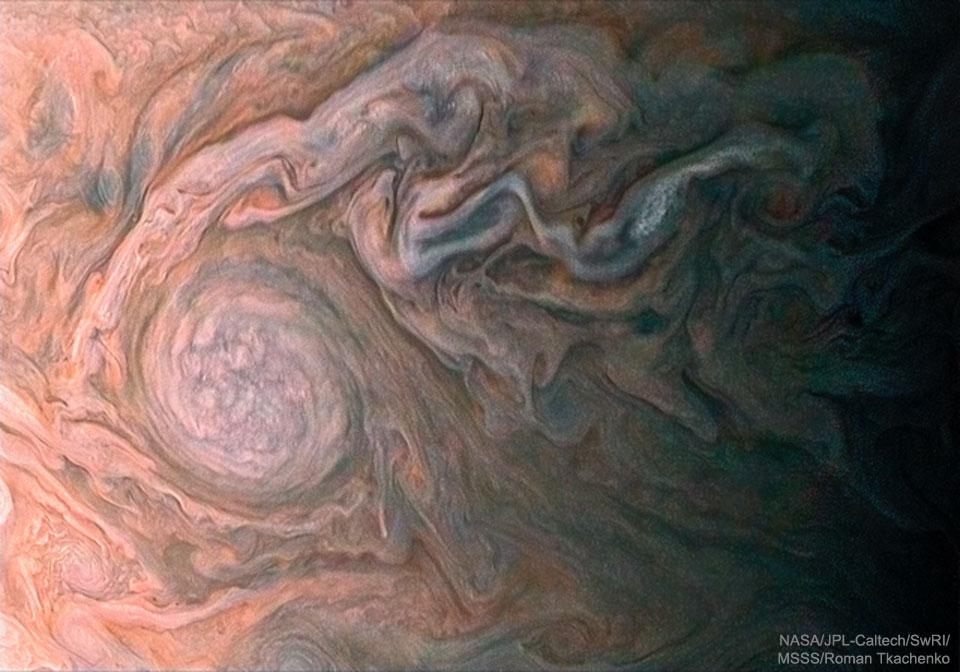 Un ovale blanc nuageux vu sur Jupiter par Juno