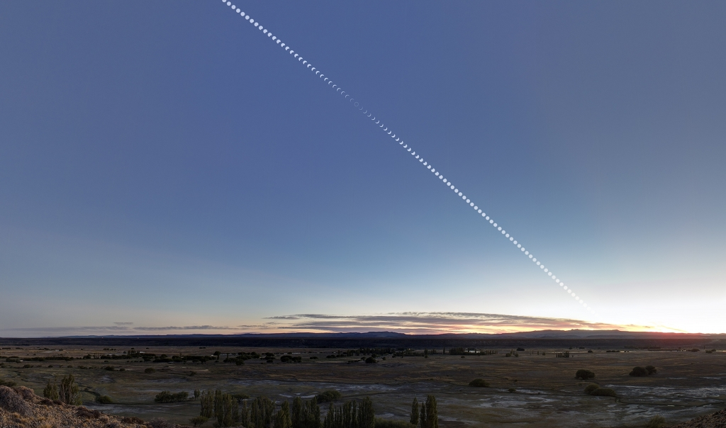 Eclipse annulaire après le lever du Soleil