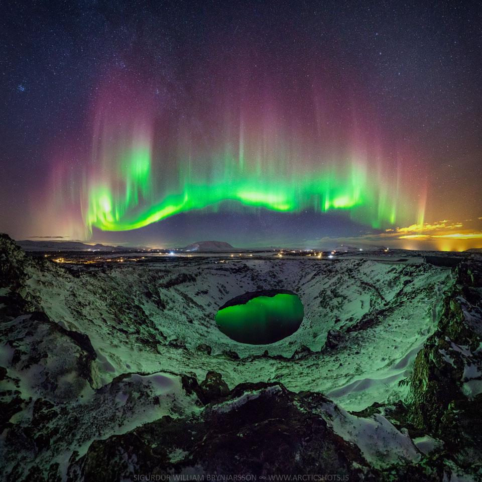 Aurores polaires hautes en couleurs sur l\'Islande