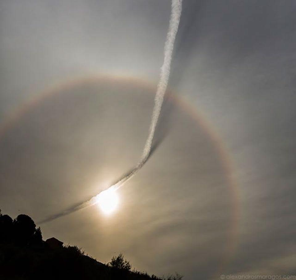 Traînée d\'un avion et halo solaire
