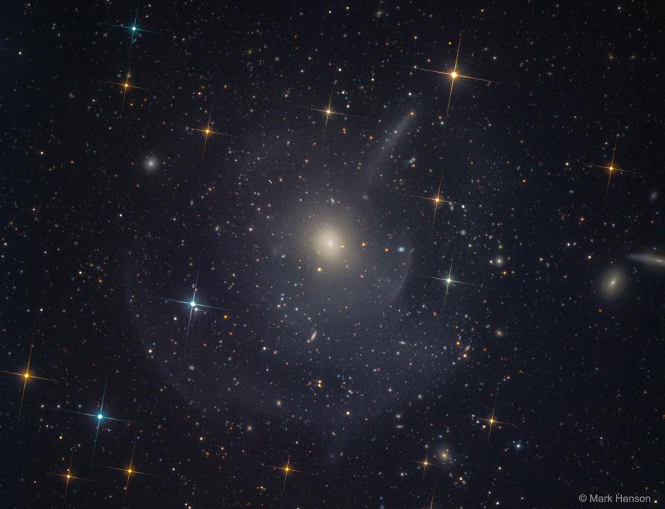 M89 : galaxie elliptique avec coquillages et panaches